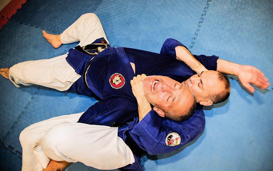 Técnica de jiujitsu en el suelo